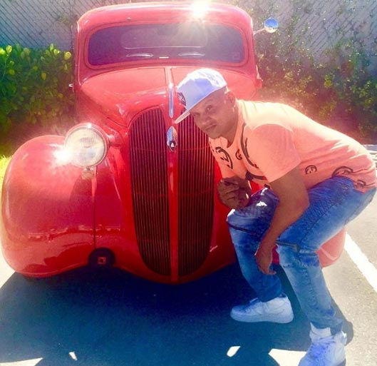 A picture of Cuban Link with a car.