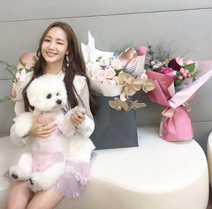 Park Min Young and her dog posing for a photo.