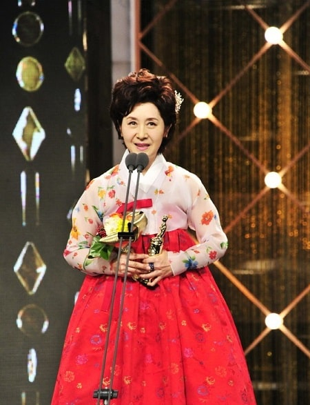 A picture of Kim Hye-ok giving speech after wining Golden Actress award.