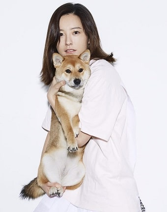 A picture of Jung Yu-mi with her pet dog.