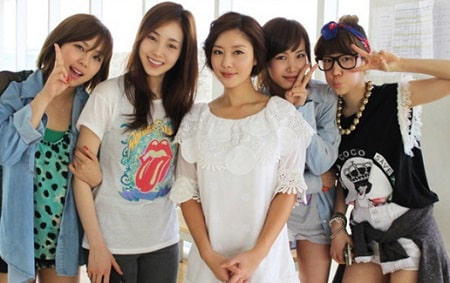 A picture of The members of former K-pop girl group 'Jewelry'.