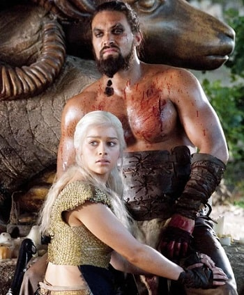 A picture of Emilia Clarke and Jason Momoa in GOT.