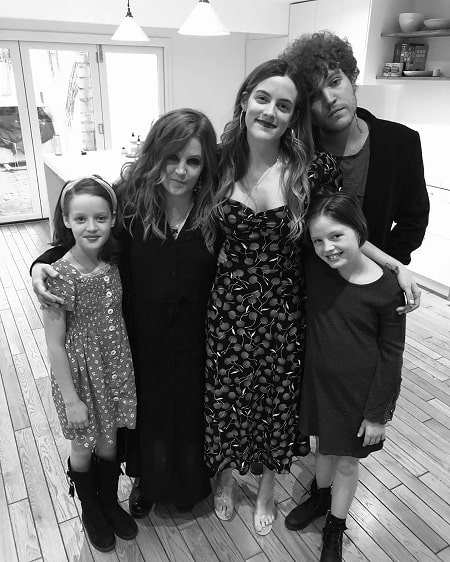 A picture of Lisa Marie Presley with her children.