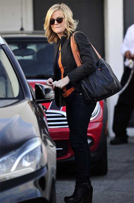 A picture of Amy Poehler opening her car door.