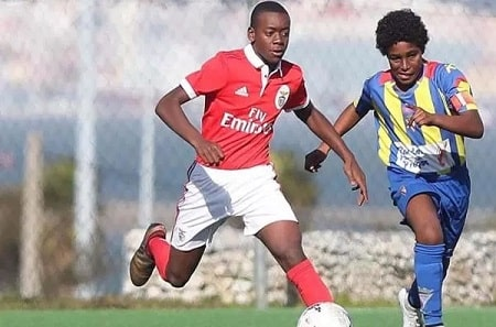 A picture of David Banda playing for 'Benfica Youth Team'.
