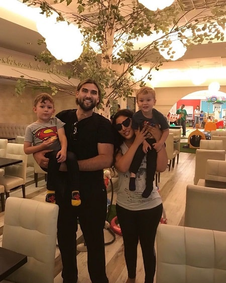 A picture of Weston Coppola Cage with his current wife, Hila and two sons from second wife.