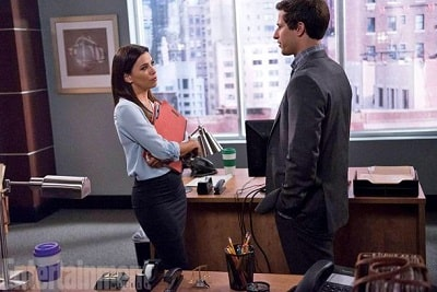 A picture of Eva Longoria with Andy Samberg in an episode of Brooklyn 99.
