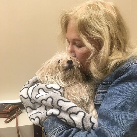 A picture of Loretta Swit kissing her dog Munchkin who died on  November 2019.