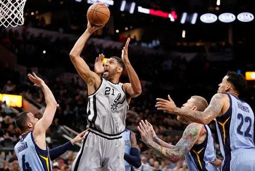 A picture of Tim Duncan taking shot during his game vs Golden State Warriors.