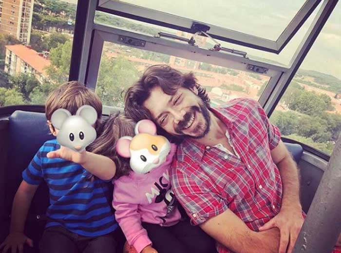 Alvaro Morte with his children.