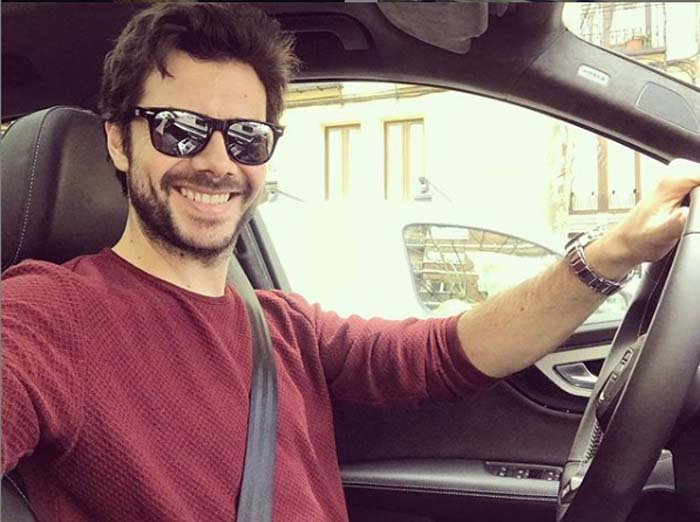 A picture of Alvaro Morte inside a car.