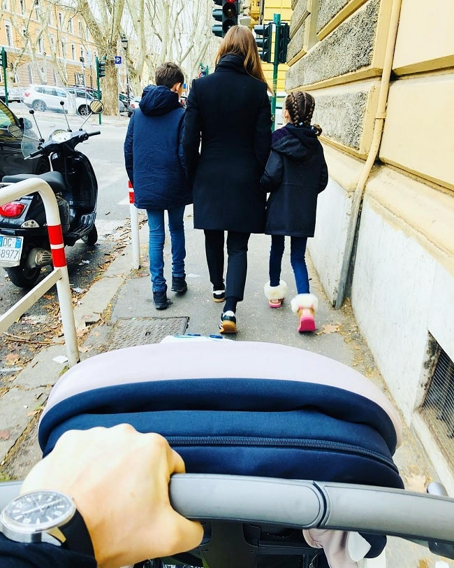 A picture of Stefano Accorsi with his kids and wife Bianca Vitali.