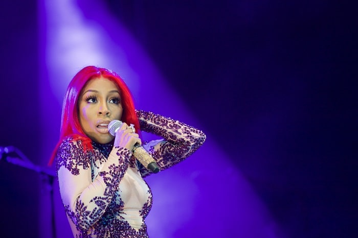 K.Michelle performing her song on the stage.