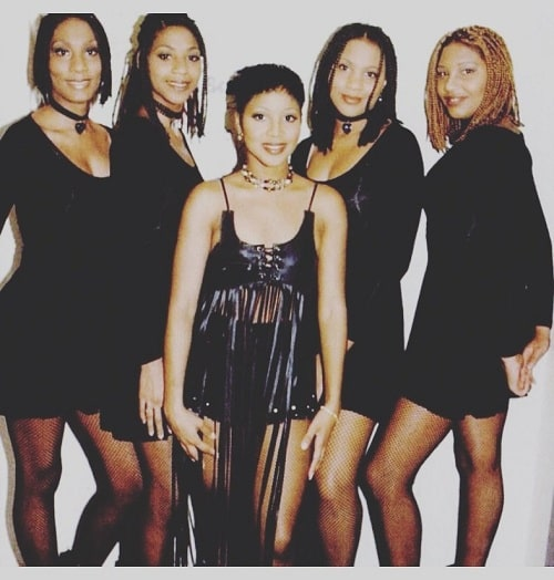A picture of the Braxton sisters posing.