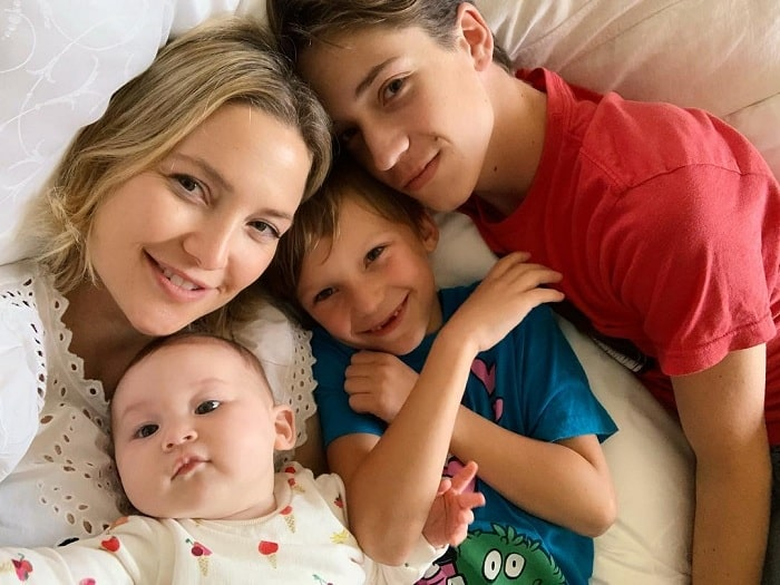 A picture of Kate Hudson with all of her kids.