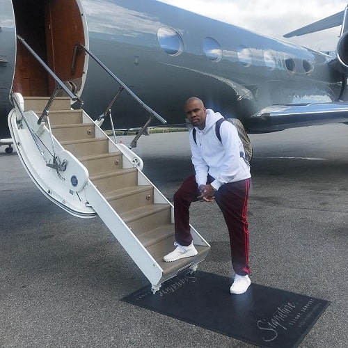 A picture of Rapper Consequence about to travel via flight.