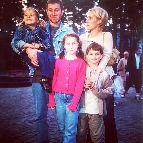 A picture of Anna Abramovich with two of her siblings and parents.