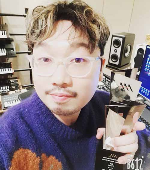 Pdogg pose with his 2018 Asia Artists Awards.
