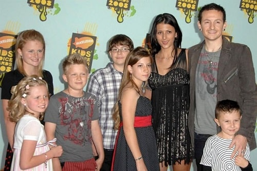 A picture of Isaiah Bennington with his parents and siblings.