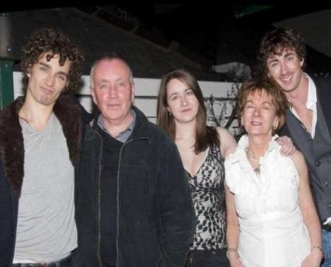 A picture of Robert Sheehan with his parents and siblings.