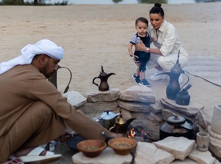 Santiago Enrique Bastón with her mother Eva Longoria watching the process of making the Arabic tea.